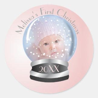 1. Foto des Schnee-Kugel-Rosa-Mädchen-Babys Runder Aufkleber
