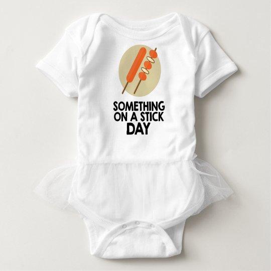 28. März - etwas an einem Stock-Tag Baby Strampler