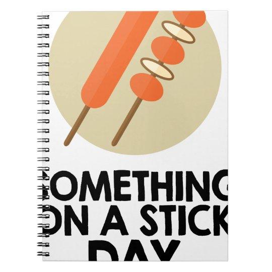 28. März - etwas an einem Stock-Tag Spiral Notizblock