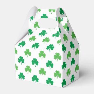 2-Shades der grünen Kleeblätter auf weißem St Geschenkschachtel
