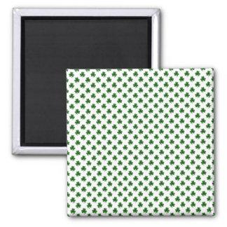 2-Ton Kleeblatt-Grün auf weißen St Patrick Klee Quadratischer Magnet