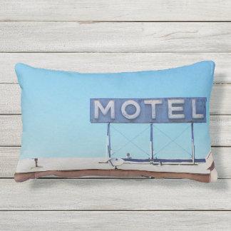 2 versahen Motel-Zeichen-lumbales Kissen im Freien