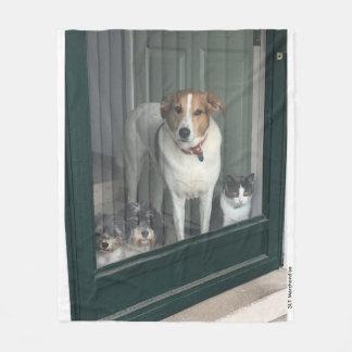 3 Hunde und eine Katze Fleecedecke