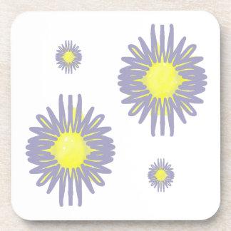 4 weiche blaue u. gelbe Blumen auf weißem Getränkeuntersetzer