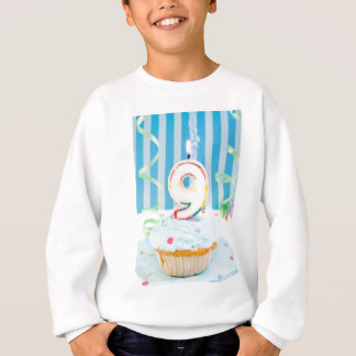 9. Geburtstagskerzen auf mattiertem Kuchen im Blau Sweatshirt
