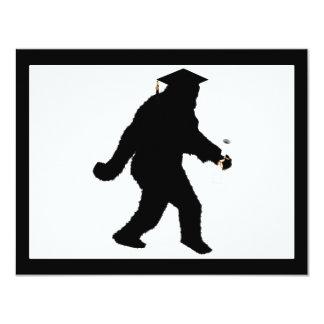 Abschluss Sasquatch mit Absolvent-Kappe 10,8 X 14 Cm Einladungskarte