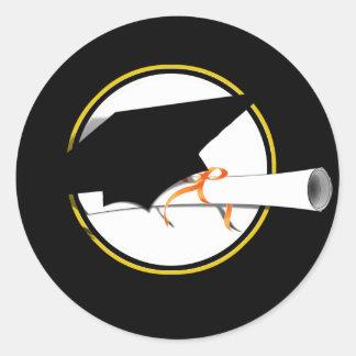 Absolvent-Kappen-Neigung auf schwarzem Hintergrund Runder Aufkleber