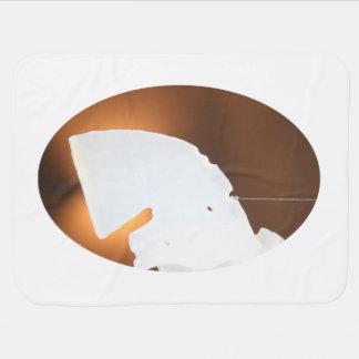 abstrakte weiße Form gegen Braun Puckdecke