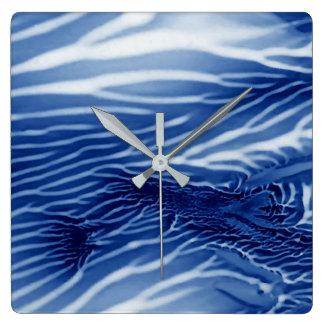 Abstraktes blaues Meer Quadratische Wanduhr