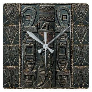 Afrikanische schnitzende Uhr