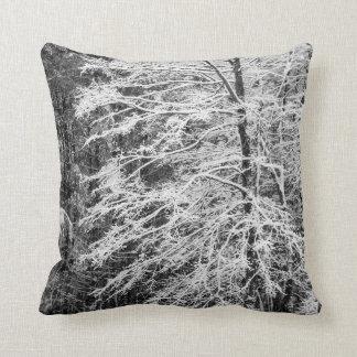 Ahornbaum umrissen im Schnee Zierkissen