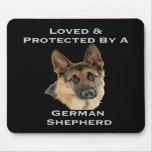 Aimé et protégé par un berger allemand tapis de souris
