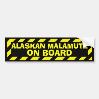 Alaskischer Malamute an Bord des gelben Autoaufkleber