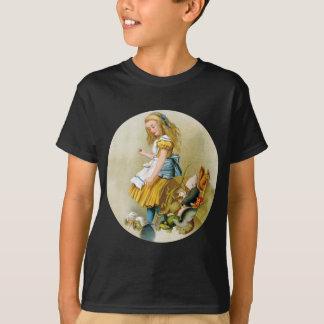 Alice-Spitzen über Geschworenenbank im Schurken T-Shirt