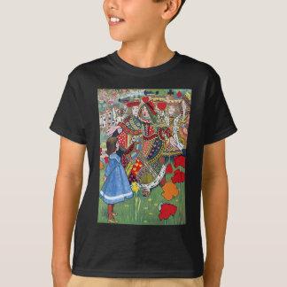 Alice trifft die Königin der Herzen weg mit ihrem T-Shirt