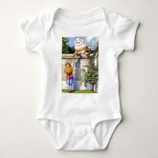 Alice trifft Humpty Dumpty im Märchenland Baby Strampler