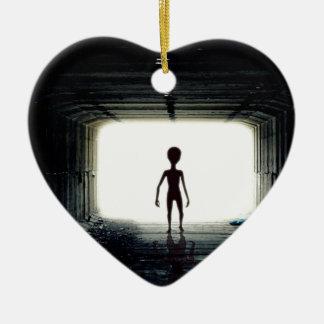 Alien, das Raumschiff verlässt Keramik Ornament