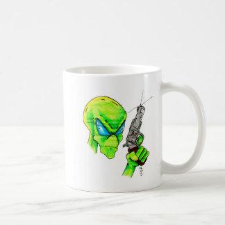 Alien mit einem Gewehr Kaffeetasse