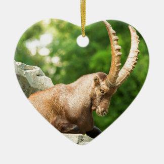Alpine Ziege nimmt einen Bruch vom Klettern Keramik Ornament