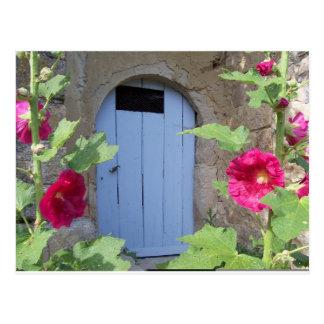 Alte blaue Tür mit honeysucle Postkarte