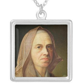 Alte Frau Halskette Mit Quadratischem Anhänger