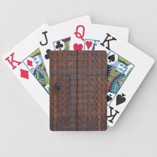 Alte Holztür mit schwarzen Metallverstärkungen Bicycle Spielkarten