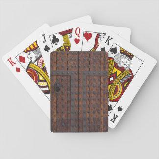 Alte Holztür mit schwarzen Metallverstärkungen Spielkarten