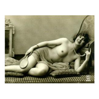 Alte Postkarte - Dame auf einer Couch