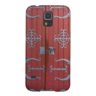Alte rote hölzerne Türen mit Samsung S5 Hülle