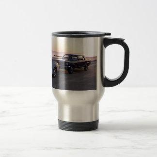 Alter kundenspezifischer LKW und 'Mustang 66 auf Edelstahl Thermotasse