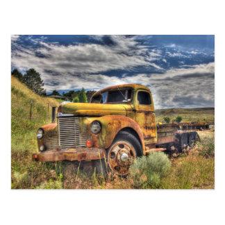 Alter LKW verlassen auf dem Gebiet Postkarte