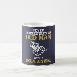ALTER MANN MIT EINER MOUNTAINBIKE KAFFEETASSE