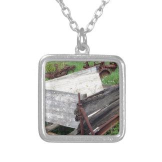 Alter rostiger Wagen Halskette Mit Quadratischem Anhänger