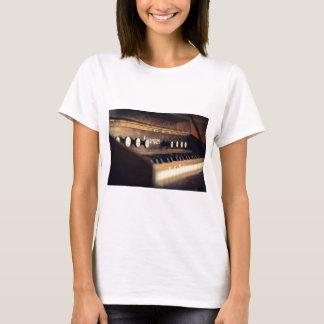 Altes antikes Tastatur-Klavier befestigt T-Shirt