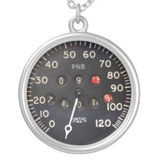 Altes Geschwindigkeitsmessermessgerät von einem Halskette Mit Rundem Anhänger