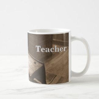 Altmodisches Klassenzimmer im Sepia Kaffeetasse