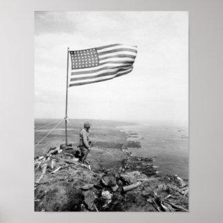 Amerikanische Flagge, die über Berg Suribachi - Poster