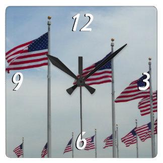 Amerikanische Flaggen am Washington-Monument Quadratische Wanduhr