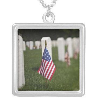 Amerikanische Flaggen auf Gräbern der Versilberte Kette