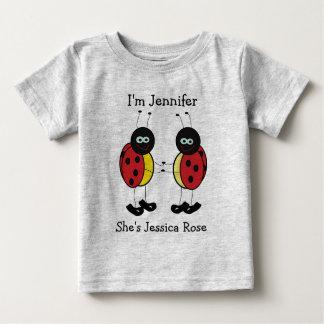 Amis personnalisés de coccinelle de jumeaux t-shirt pour bébé