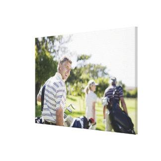 Amis portant des sacs de golf impressions sur toile