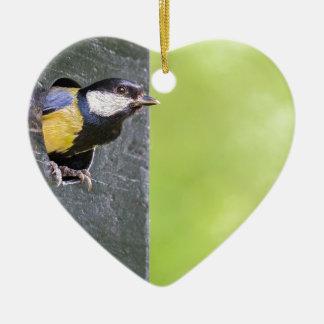 Amselelternteil im Loch des Nistkastens Keramik Herz-Ornament
