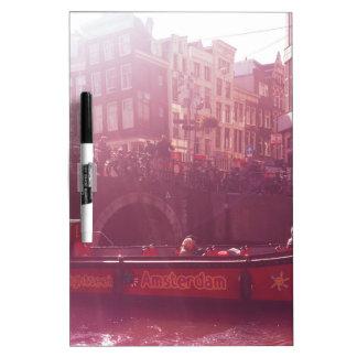 Amsterdam-Kanalansicht mit Kreuzfahrtboot Whiteboards