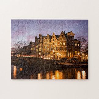 Amsterdam-Kanalhäuser am Puzzlen der Dämmerung