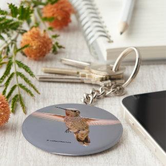 Annas Kolibri schwebt an Ort und Stelle Standard Runder Schlüsselanhänger