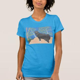 Annie die Katze, die über dem Abhang-Shirt schaut T-Shirt