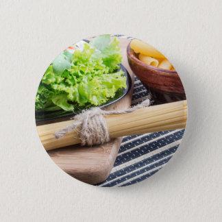 Ansichtnahaufnahme auf ungekochten Teigwaren und Runder Button 5,7 Cm