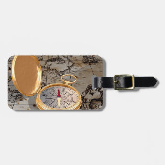 Antiker Kompass auf eine Karten-Gepäckanhängern Gepäckanhänger