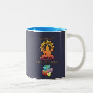 """""""Anwesenheit über Geschenken"""" Kaffee-Tasse Zweifarbige Tasse"""