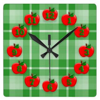 Äpfel auf grünem kariertem quadratische wanduhr